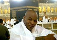 بالفيديو والصور: تايسون بطل الملاكمة أثناء زيارته للكعبة والمسجد النبوي