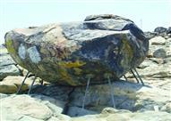 مكة المكرمة.. تثبيت صخرة في جبل الرحمة لمنع سقوطها