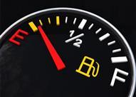 احذر ملء خزان وقود السيارة بالكامل في الأيام الحارة