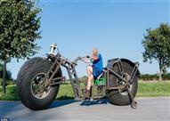 """لدخول """"موسوعة جينيس"""".. رجل يصنع أكبر دراجة هوائية في العالم"""