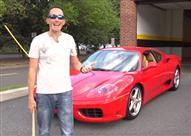 بالفيديو.. أمريكي يحطم زجاج سيارته الفارهة ولكن مفاجأة كانت بانتظاره