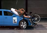 """تعرف على أول """"إيرباج"""" لقائدي الدراجات الهوائية.. فيديو وصور"""