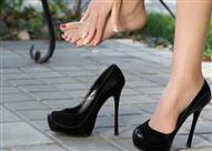 6 حيل لضبط مقاس حذاءك الضيق في نصف ساعة!