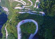 بالصور.. سائق يقامر بحياته ويواجه 99 منحى خطر بأعلى جبل صيني