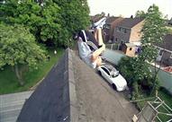 بالفيديو - رجل يعبر الشارع قفزًا من فوق أسطح المنازل في بريطانيا