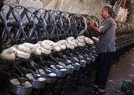 بالصور: صناعة الغزل من الصوف الطبيعي.. مهنة تواجه الاندثار