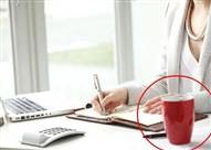 لهذا السبب.. لا تضع الكوب الخاص بك على المكتب أثناء العمل!