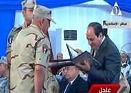 """قائد المنطقة الشمالية العسكرية يهدي """"السيسي"""" المصحف الشريف"""