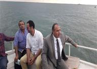 بالصور - قارب صيد ينقذ يخت المحافظ بعد تعطله بموقع غرق مركب رشيد