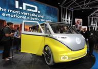 شركات السيارات تعود إلى أرض الواقع في ديترويت.. صور