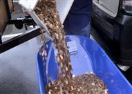 أمريكي ينتقم من إدارة ضرائب السيارات بـ300 ألف قطعة نقدية.. فيديو