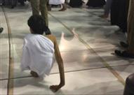 """بالفيديو وصور: """"قاهر المستحيل"""" يطوف بالبيت الحرم على يديه"""