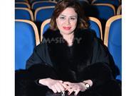 بالصورة- إلهام شاهين تهدي عمرة لروح والدتها