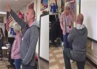 بالفيديو.. رد فعل تلاميذ طلب معلمهم يد زميلته داخل الفصل