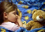 هل تؤثر عادات الوالدين داخل المنزل على نوم الطفل؟