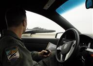 """بالفيديو.. طيار """"مجنون"""" يهبط بطائرته ليسأل سائقي السيارات عن الطريق"""