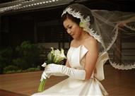 بالصور.. فتيات يتزوجن أنفسهن بحفلات زفاف للقضاء على العنوسة.. بينهم مصرية
