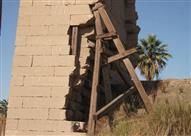 """بالصور- بوابة معبد الكرنك """"مسنودة بألواح خشبية"""".. ومسؤول بالآثار يرد"""