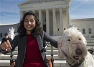 محكمة أمريكية تجبر مدرسة على السماح لفتاة معاقة باصطحاب كلبها