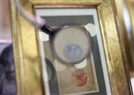 بالصور- فنان يرسم لوحاته على نصف حبة عدس