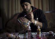 الرسم على الموت.. فنان سوري يحوّل القذائف لقطع فنية