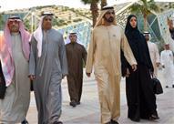 """بالفيديو.. حاكم دبي ينتظر """"الإشارة الخضراء"""" ليعبر الطريق"""