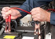 تعلم.. الطريقة الصحيحة لتشغيل السيارة بمساعدة بطارية أخرى