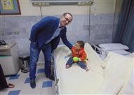بالصور- نجاح جراحة دقيقة لإعادة بناء أصبعي الإبهام لطفل بالإسكندرية