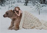 """بالصور.. فتاة روسية تستعين بـ """"دب"""" ضخم في جلسة تصوير.. والسبب!"""