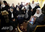 صورة وخبر: والدة الأسير المحرر مازن فقهاء تتابع جنازته على الهواء
