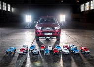 """بالفيديو.. تويوتا """"هايلوكس"""" تسير بواسطة 15 سيارة لعبة"""