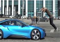 """بالفيديو.. شاب """"متهور"""" يتحدى BMW i8 بقفزة خطيرة"""