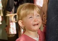 بالفيديو- طفلة تبكي وتتوسل.. طردتها معلمتها خارج الحضانة