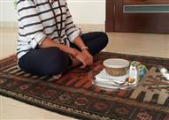 لماذا يفضل الجلوس على الأرض أثناء الأكل؟