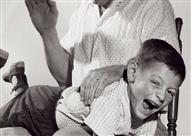 أب يخير ابنه بين الصدمة الكهربائية أو 40 ضربة.. هكذا عاقبته أمريكا