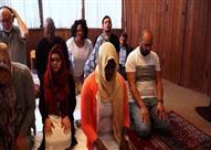 بالفيديو: أول مسجد يصلي فيه الرجال والنساء معاً ويثير جدلا واسعاً