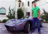 بعد المصارعة.. جون سينا مقدم لبرامج السيارات من داخل منزله (فيديو)