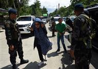 صورة وخبر: طفلة في نقطة تفتيش بالفلبين