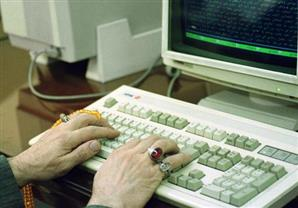 خبراء ينصحون بتوخى الحذر عند التعامل مع الأجهزة الإلكترونية عند اتصالها بالكمبيوتر