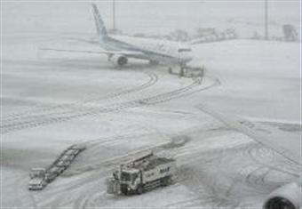 مصرع شخص وإلغاء رحلات جوية بسبب عاصفة ثلجية تشلّ شمال اليابان