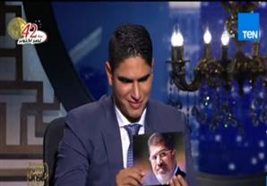 رد فعل رجل الأعمال أحمد ابو هشيمة لحظة رؤيته لـ صورة محمد مرسي على الهواء