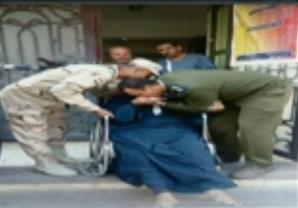 ضابط شرطة يقبل يد ناخب مريض بعد الادلاء بصوته بالشرقية