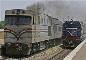 """في مصر """"أم العجائب"""" نقل قطار على متن سيارة.. صوره"""