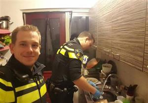 """""""الشرطة في خدمة الشعب""""..شرطيان يساعدان 5 أطفال بدون أم!"""