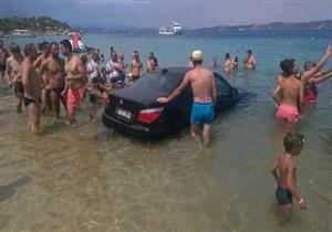 بالفيديو .. سيارة بي إم دبليو تسبح علي شواطئ رومانيا