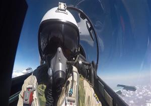 لحظة مقتل الطيار الروسي على الحدود السورية مع تركيا أثناء القفز من الطائرة