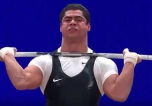 بالفيديو- احتفال جنوني من بطل مصر لرفع الأثقال لتتويجه ببرونزية العالم