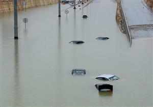 بالصور.. الأمطار تُغرق السيارات في شوارع العاصمة السعودية
