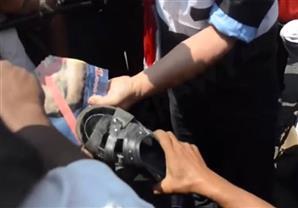 مواطنون يرفعون الأحذية لصور مرسى في جنازة النائب العام
