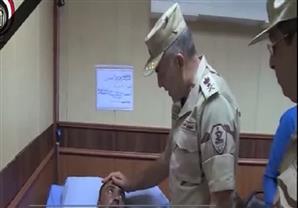 وزير الدفاع ورئيس الأركان يزوران الضباط والجنود المصابين